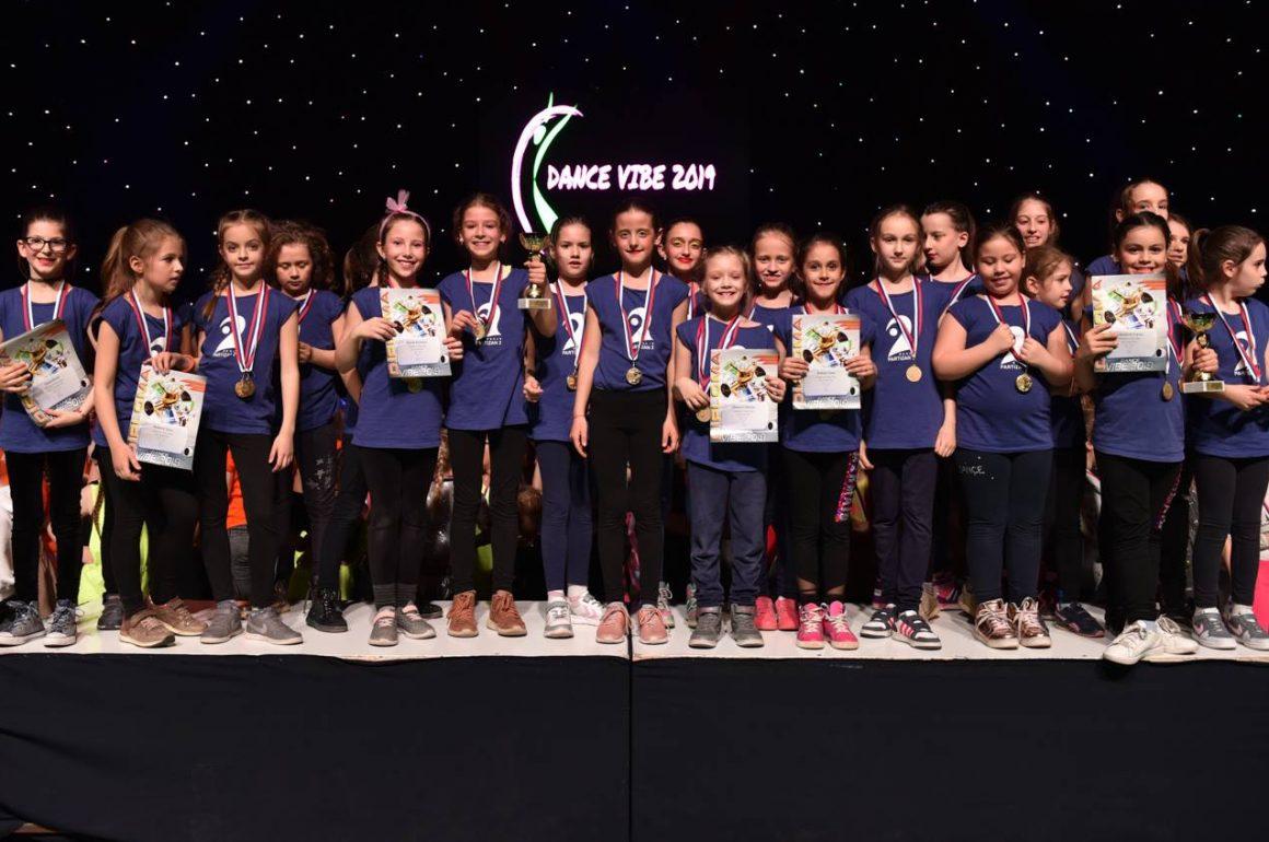 P2 deca na postolju Vibe dance